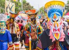 Красочный совершитель в фестивале Khon животиков Phi, Loei маски призрака, Таиланд стоковые изображения rf