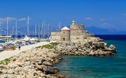 Красочный солнечный день в гавани Родосе Mandraki, Греция Стоковые Изображения