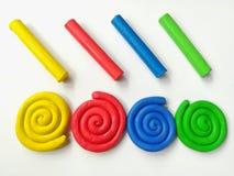 Красочный спиральный пластилин, пестротканое тесто глины ручек, белая предпосылка стоковое фото rf