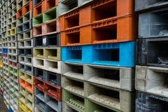 Красочный стог паллетов пластмасовых контейнеров Стоковые Фото