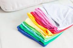 Красочный стог футболки стоковые фото