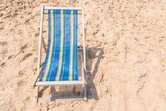 Красочный стул на песчаном пляже на солнечный день Стоковые Фотографии RF