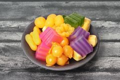 Красочный тайского испаренного торта слоя в кубе и зажаренном печенье Gol Стоковые Фотографии RF