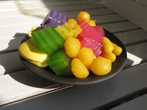 Красочный тайского испаренного торта слоя в кубе и зажаренном печенье Gol Стоковая Фотография