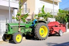 Красочный трактор Kermit зеленый тепловозный, греческая деревня Стоковая Фотография RF