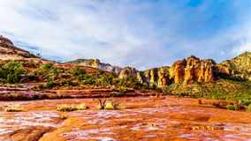 Красочный утес собора и другие красные горы утеса между деревней заводи дуба и Sedona стоковые изображения