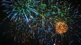Красочный фейерверк праздника крупного плана, отснятый видеоматериал кануна Нового Года видеоматериал