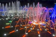 Красочный фонтан двигателя на ноче Стоковые Фотографии RF