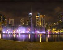 Красочный фонтан в ноче с никто, городом c Куалаа-Лумпур стоковое изображение rf