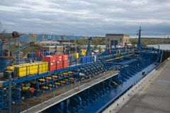 Красочный химический корабль топливозаправщика в замке канала Welland стоковое фото