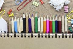 красочный цвет карандаша и канцелярские товаров на деревянной предпосылке Стоковые Фотографии RF