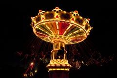 Красочный цепной carousel качания в движении на парке атракционов на ноче Стоковое фото RF