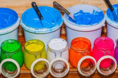 Красочный чернил пластизоля в ясном стекле смогите на таблице сосновой древесины для футболки печати экрана стоковые изображения