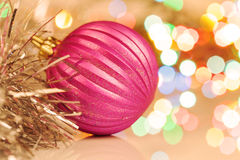 Красочный шарик рождества на праздничной предпосылке стоковая фотография rf