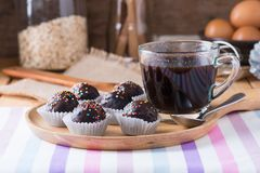 Красочный шоколад брызгает на вкусном круглом шоколаде - покрытом Cak Стоковые Фото