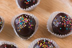 Красочный шоколад брызгает на вкусном круглом шоколаде - покрытом Cak Стоковая Фотография RF