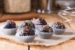 Красочный шоколад брызгает на вкусном круглом шоколаде - покрытом Cak Стоковые Изображения