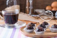 Красочный шоколад брызгает на вкусном круглом шоколаде - покрытом Cak Стоковое Фото