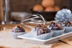 Красочный шоколад брызгает на вкусном круглом шоколаде - покрытом Cak Стоковые Фотографии RF