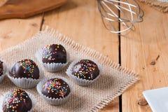 Красочный шоколад брызгает на вкусном круглом шоколаде - покрытом Cak Стоковая Фотография