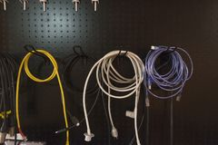 Красочный электрической смертной казни через повешение провода на шкафе хранения на черном backg стоковые изображения rf