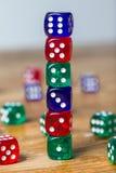 Красочный dices предпосылка изолированная на белизне Стоковые Фото