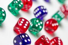 Красочный dices предпосылка изолированная на белизне Стоковое Фото