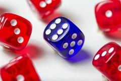 Красочный dices предпосылка изолированная на белизне Стоковая Фотография