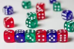 Красочный dices предпосылка изолированная на белизне Стоковое фото RF