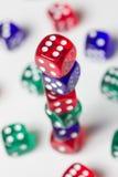 Красочный dices предпосылка изолированная на белизне Стоковое Изображение