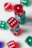 Красочный dices предпосылка изолированная на белизне Стоковые Изображения