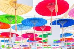 Красочный handmade бумажный зонтик вися на верхней части стоковое изображение