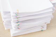 Красочный paperclip с кучей документа и отчетов о перегрузки белых Стоковое Изображение