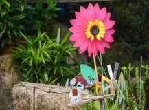 Красочный pinwheel и смешная деревянная кукла Стоковые Изображения RF
