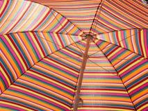 Красочный striped зонтик пляжа горячая погода Праздник пляжа striped текстура Стоковое фото RF