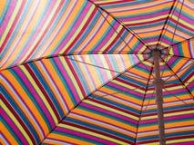 Красочный striped зонтик пляжа горячая погода Праздник пляжа striped текстура Стоковое Изображение RF