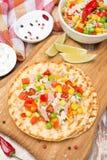 Красочный vegetable салат с тунцом на tortillas пшеницы на борту Стоковое фото RF