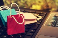 3 красочных бумажных хозяйственной сумки на клавиатуре компьтер-книжки Идеи Стоковое Изображение RF