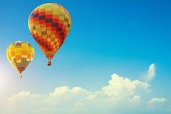 2 красочных горячих воздушного шара вверх в красивом голубом небе с Стоковое Изображение RF