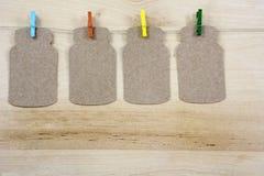 4 красочных зажимки для белья на веревочке с примечаниями Стоковая Фотография