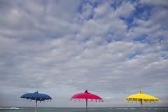 3 красочных зонтика на пляже в Бали, Индонезии Стоковое Фото