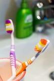 2 красочных зубной щетки в кружке Стоковое фото RF