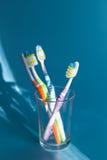 4 красочных зубной щетки в стекле Стоковые Фото