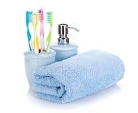 4 красочных зубной щетки, жидкостного мыло и полотенце Стоковые Фото