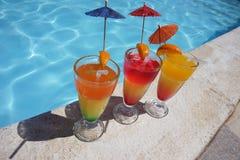 3 красочных коктеиля бассейном Стоковое Фото