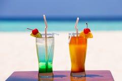 2 красочных коктеиля на пляже Стоковое фото RF