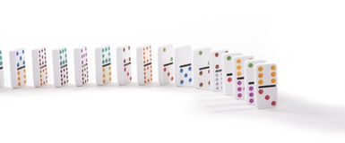 15 красочных домино стоя стойка изолированная на белизне Стоковое фото RF