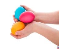 3 красочных пасхального яйца в руках ребенка Стоковые Изображения RF