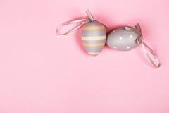 2 красочных пасхального яйца на розовой предпосылке Стоковое фото RF