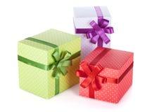 3 красочных подарочной коробки с лентой и смычком Стоковые Фотографии RF